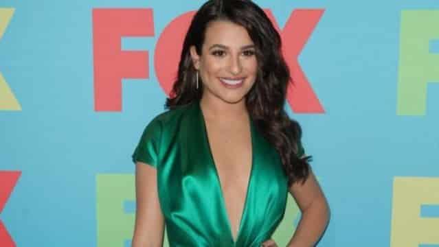 Glee : Lea Michele ultra sexy en mini robe, dévoile un décolleté plongeant