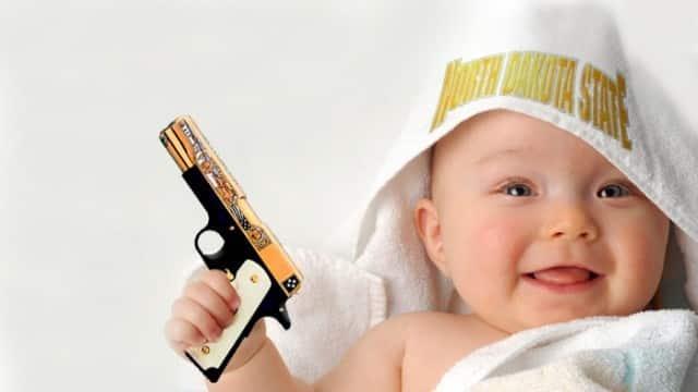 Un pistolet chargé caché dans les couches du bébé
