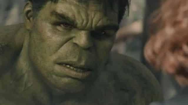 Les Avengers étaient resté plutôt discrets et silencieux depuis la diffusion du tout premier trailer d' Avengers 2 : Age of Ultron. C'était annoncé : aujourd'hui, Iron Man, Thor, Hulk, Black Widow, Captain America et le reste de la troupe devaient faire leur retour, pour une toute nouvelle bande annonce, totalement inédite. Les fans l'attendait de pied ferme et Marvel n'a pas failli à sa tâche, en diffusant hier aux États-Unis sur la chaîne ESPN, la vidéo tant attendue. L'occasion de découvrir la troupe de héros dans des images inédites, qui promettent le meilleur pour Avengers 2 : Age of Ultron. Iron Man et Hulk dans un combat violent Ils sont de retour pour un nouveau combat qui cette fois, s'annonce plus difficile que jamais. Dans Avengers 2 , les super héros vont se frotter à de nouveaux ennemis qui pourraient bien être plus forts qu'eux et mettre en péril l'avenir de toute l'humanité. Un affrontement sans merci pour Iron man, Captain America, Hulk et le reste de la bande, illustré dans cette nouvelle bande annonce de près d'une minute trente. Cette fois ci, l'atmosphère y est plus calme, la musique plus lente, même si les images qui défilent sous les yeux des spectateurs restent parfois violentes, et montrent bon nombre de combats. La vidéo tease notamment le très attendu affrontement entre Iron Man et Hulk. Le géant vert apparait déchainé, le regard mauvais et les yeux rouges (aurait-il été possédé par Scarlett Witch ?) prêt à en découdre avec son coéquipier milliardaire. Un combat qui ne laisse rien présager de bon pour nos super héros. Car s'ils s'affrontent entre eux, qui protégera l'humanité de la menace Ultron qui pèse sur elle ? Pour en savoir plus, rendez-vous le 29 avril prochain dans les salles obscures, pour la sortie de Avengers 2 : Age of Ultron .