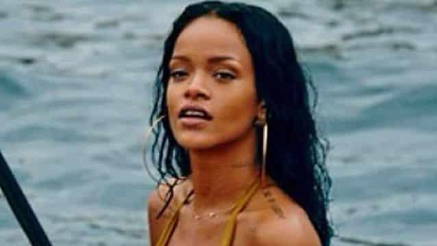 Rihanna topless et en boxer Puma (photos)
