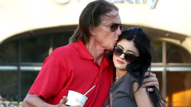 Kylie Jenner soutient Bruce Jenner après qu'il ait été photographié en robe !