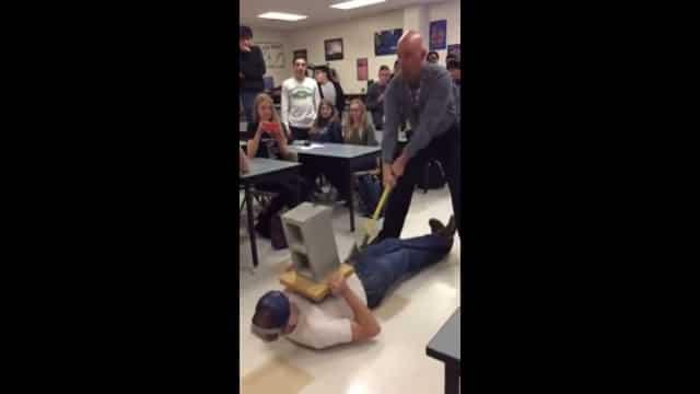 Le prof de physique prend un coup de hache dans les testicules (vidéo)