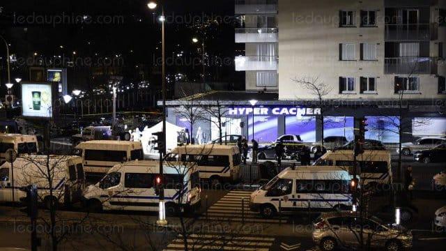 Morning news: l'attaque d'une université au Kenya fait deux morts, Jean-Marie Le Pen maintient que les chambres à Gaz sont un détail de l'histoire et le premier policier rentré dans l'hyper cacher