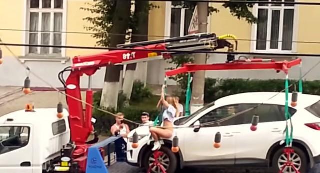 Pole dance une jeune russe tente un strip tease en pleine rue pour éviter une amende