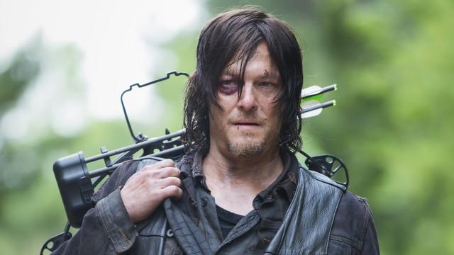 """The Walking Dead: Daryl (Norman Reedus) est """"un loup adopté""""!"""
