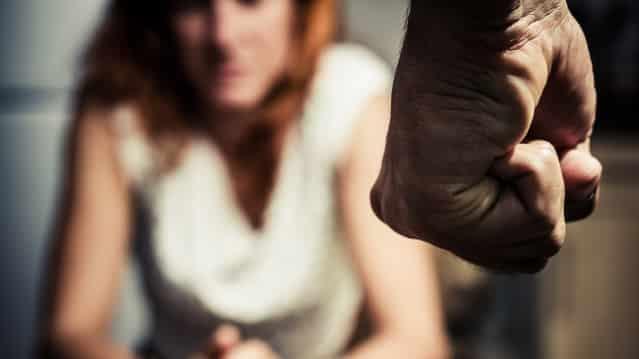 Violences- un mari jaloux tabasse sa femme et la force à s'enlaidir avant qu'elle sorte !
