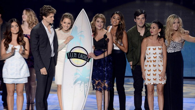 Pretty Little Liars Saison 7: La série ridiculise la concurrence aux Teen Choices Awards !