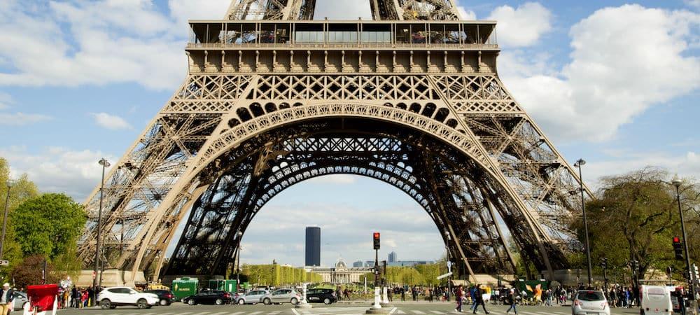 Terrorisme: la Tour Eiffel se protège derrière un mur de verre