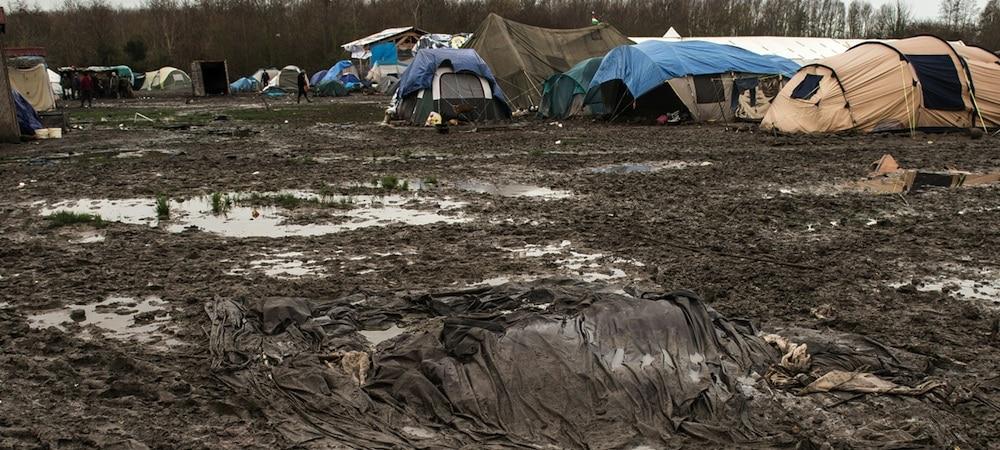 Migrants: le camps de la Grande Synthe disparait au milieu des flammes