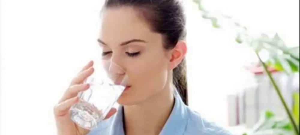 Mal de tête le Dafalgan agit plus vite avec de l'eau pétillante grande