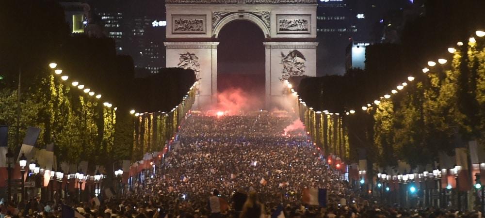 Coupe du Monde 2018: Les Bleus atteignent la finale et les Champs-Elysées s'enflamment grande