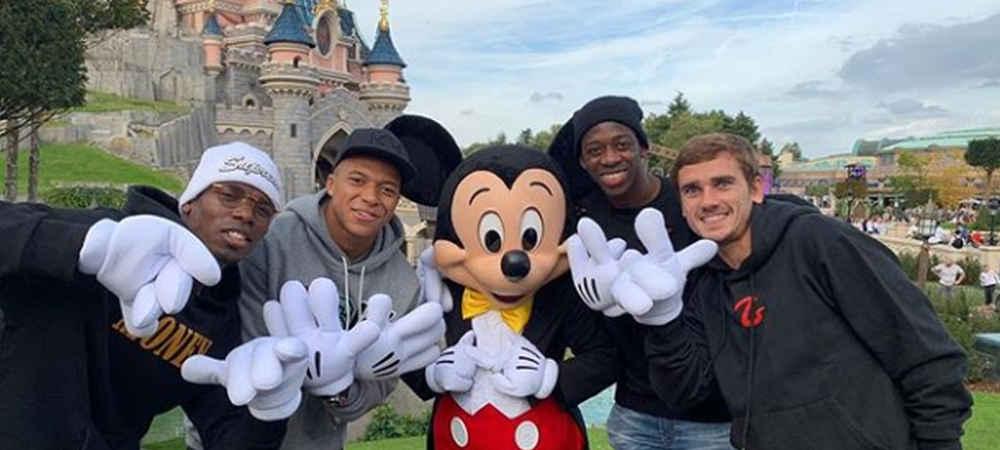 Kylian Mbappé comme un enfant à Disneyland Paris avec Antoine Griezman grande