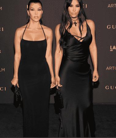 Kim Kardashian et Kourtney Kardashian adoptent la même tenue pour une soirée entre filles !
