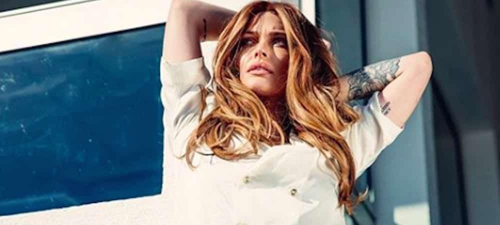 Instagram: Caroline Receveur prend la pose très sensuelle !