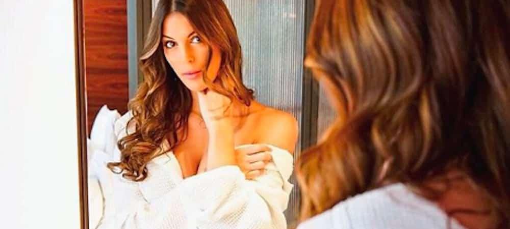 Instagram: Iris Mittenaere s'affiche très sexy en peignoir !