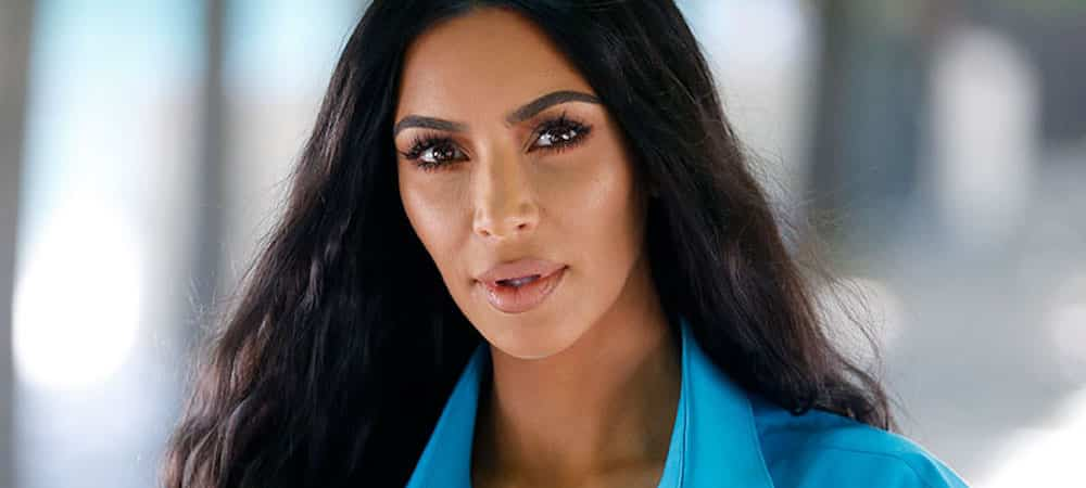 Kim Kardashian s'affiche dans une robe sexy dans son énorme dressing !