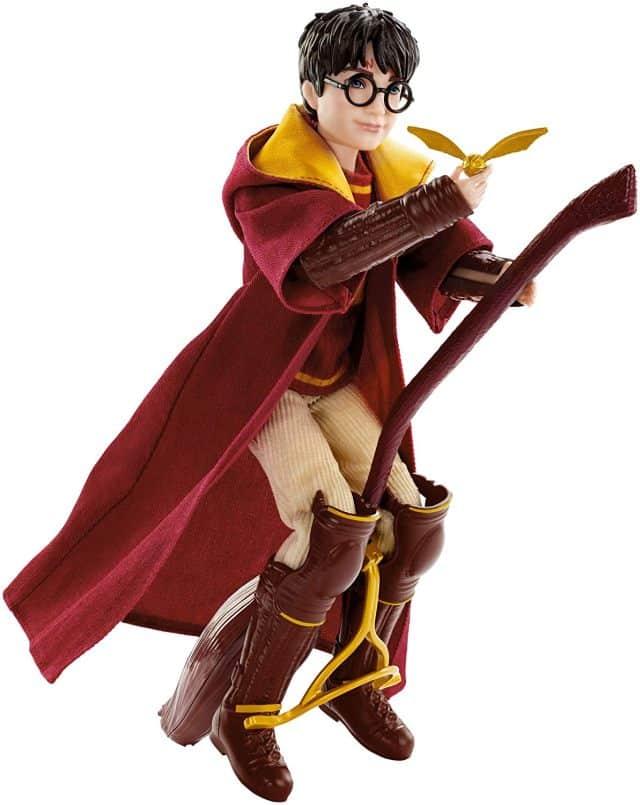20 Une Poupée articulée du petit sorcier qui joue Quidditch. Elle mesure 27 cm et elle est livrée son Balai Nimbus 2000. Il y a aussi aussi un vif d'or. un objet qui fera plaisir autant aux petits qu'aux grands