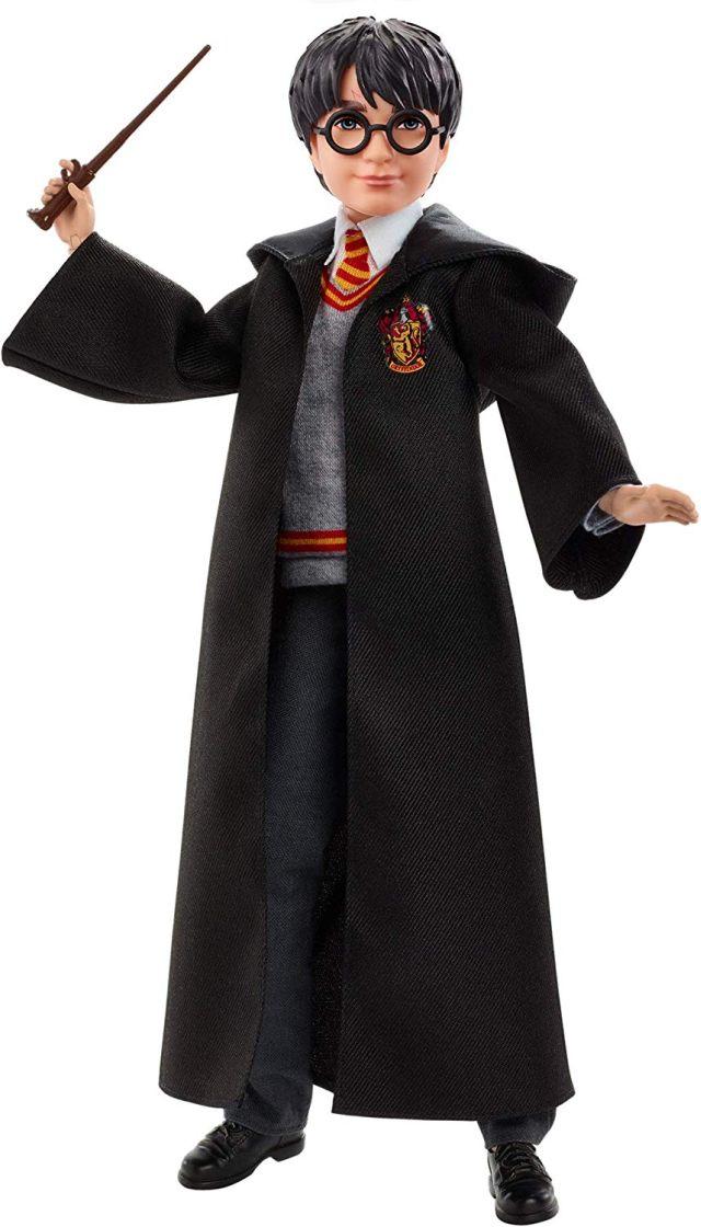 21 La figurine articulée du petit sorcier en uniforme Gryffondor en tissu avec baguette magique prête à envoyer un mauvais sort sur ton pire ennemi
