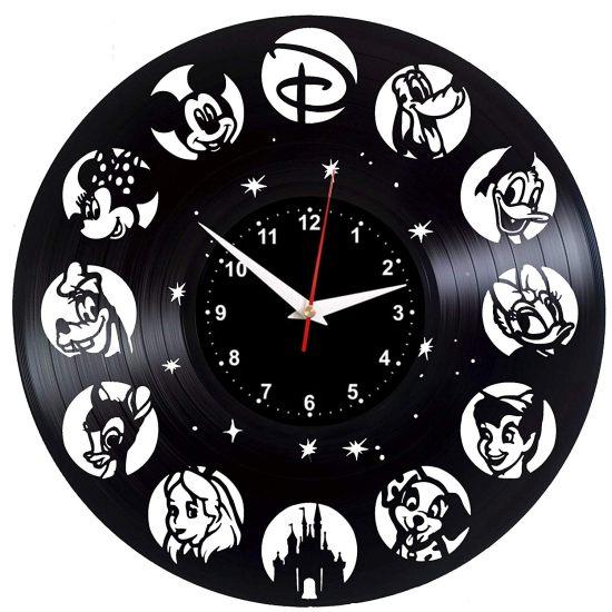 11 Après la montre pour ne plus arriver en retard en cours ou aussi en rendez-vous, vous pouvez aussi installer cette superbe horloge Disney