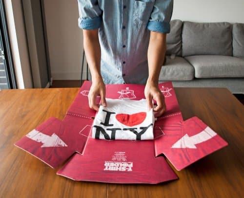 14 Une planche pour apprendre à plier ses tee-shirt. Pour ne plus jamais sortir avec un vêtement froissé