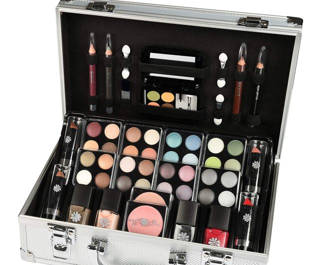 14 Votre maman se maquille souvent, offrez lui ce coffret maquillage mallette en aluminium de 51 pièces