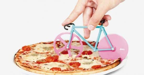 19 Vous mangez des pizzas, il ne vous manque qu'une roulette originale pour les couper