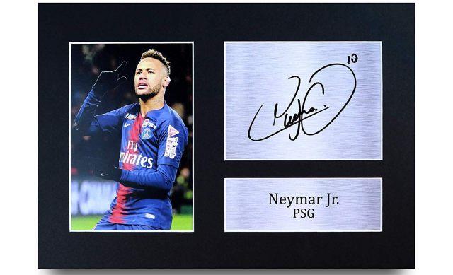 2 Une belle photo de Neymar avec sa dédicace. Tu pourras l'afficher dans ta chambre et faire le malin avec tes potes qui seront tous très jaloux