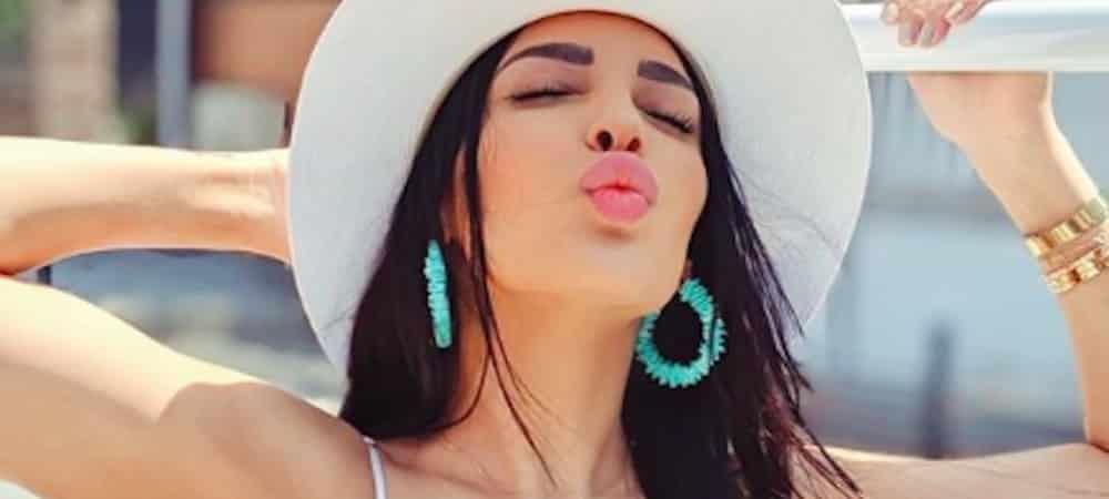 Sananas met en valeur sa poitrine avec un petit top moulant sur Instagram !