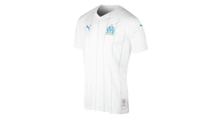 1 Le nouveau maillot du club marseillais n'a pour l'instant pas de sponsor. Il est très simple et très beau. Offrez le à votre supporter marseillais préféré