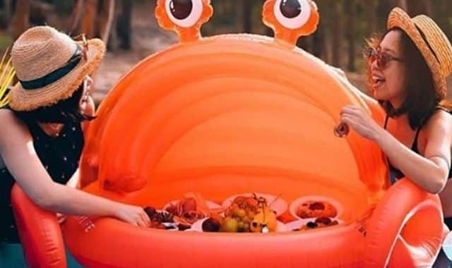 13 Faites vous une vraie pool party avec cette piscine crabe