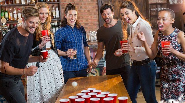 13 Le kit complet pour faire un beer pong. Vous n'avez plus d'excuses maintenant, vous allez pouvoir y jouer très souvent