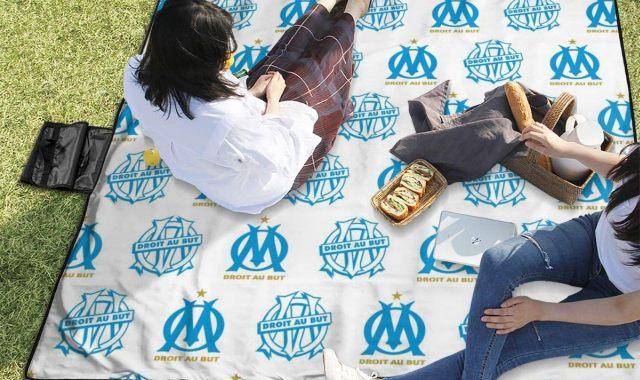 16 Partez pique niquer partout et installez vous aussi sur cette couverture imperméable aux couleurs de l'Olympique de Marseille