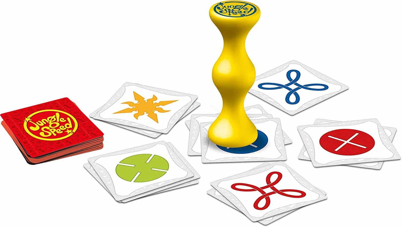 3 Dès qu'un symbole identique entre deux cartes apparaît, il y a duel entre deux joueurs. Celui qui attrape le totem en premier donne ses cartes à son adversaire