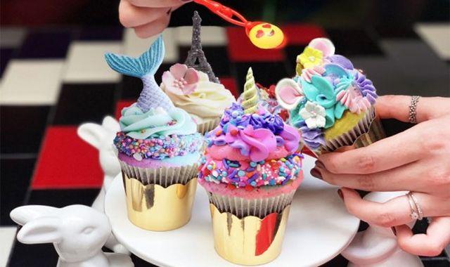 32 Il ou elle adore cuisiner, offrez à votre meilleur pote ces moules à cupcakes hauts en couleur