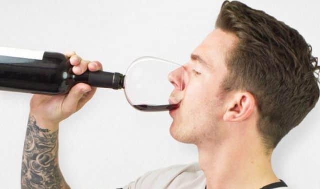 5 Ne lui faites plus perdre de temps à l'apéro ! Transformez sa bouteille en verre de vin. Il va désormais boire avec classe