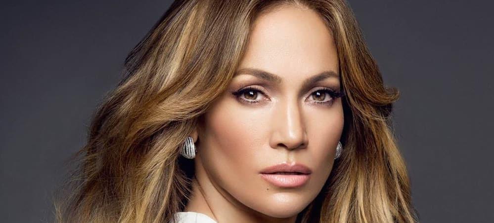 Jennifer Lopez sexy dans une robe orange au CFDA Fashion Awards !