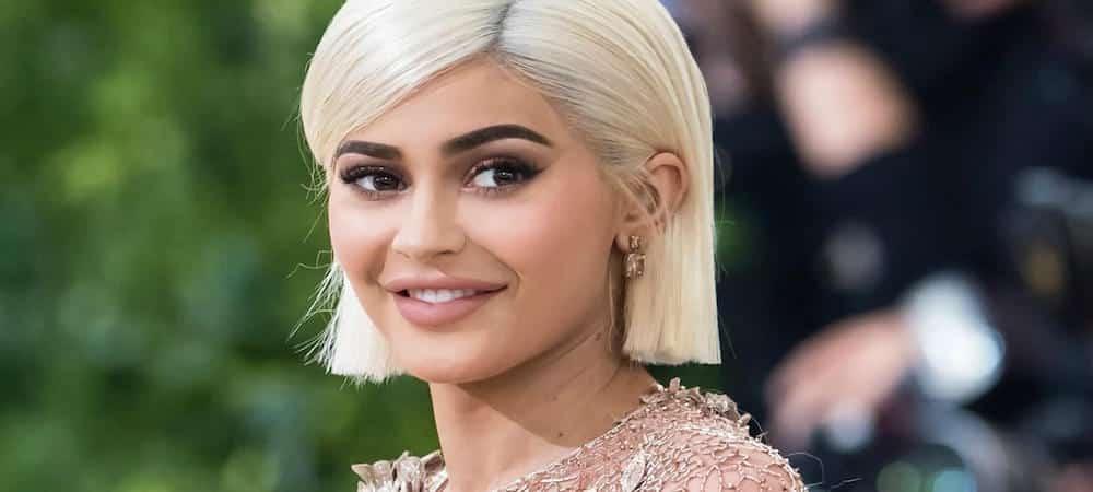 Kylie Jenner en blonde avec un joli décolleté ! (PHOTO)