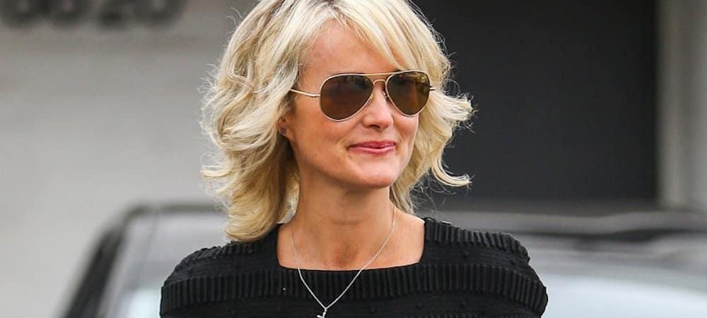 Laeticia Hallyday: son après-midi détente au Puy du Fou avec Jade, Joy et Jean Reno