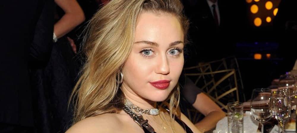 Miley Cyrus fait une danse et dévoile un sein par accident ! (VIDEO)