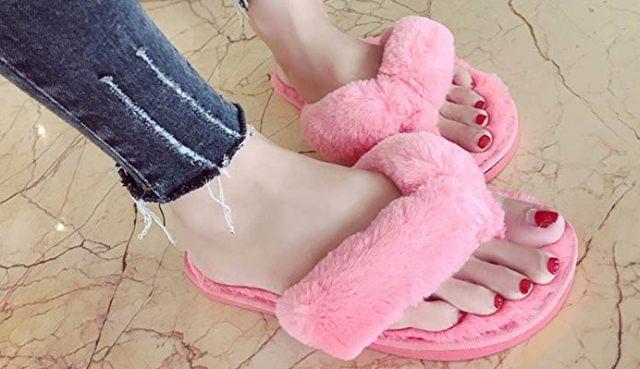 13 Pour traîner chez toi ou pour aller faire un tour au marché, ces tongs en fausse fourrure rose vont faire fureur cet été