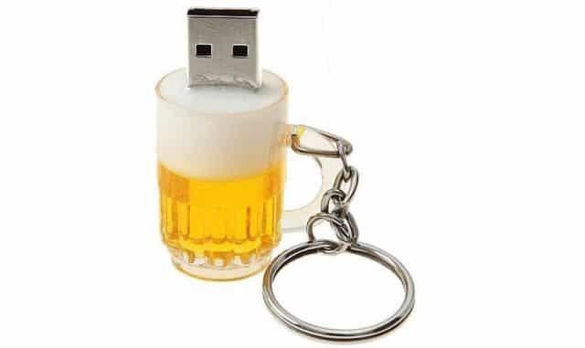 2 Grâce à vous, il ou elle va pouvoir tout sauvegarder avec cette clé USB bière
