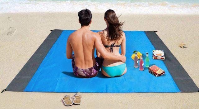 3 Que ce soit pour pique-niquer dans un parc ou à la plage, prenez cette couverture anti-sable