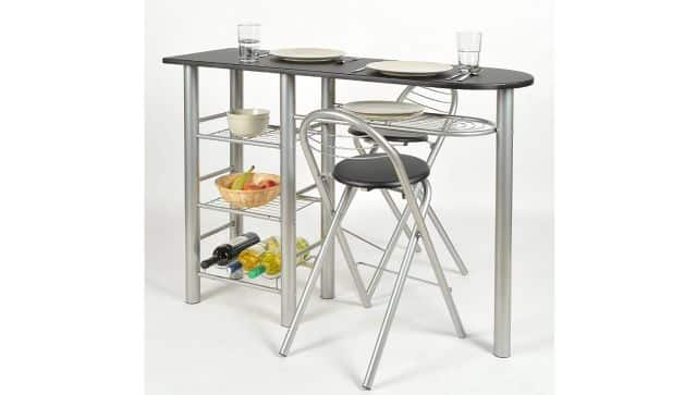 6 Faute de place, vous ne pouvez pas avoir une grande table pour manger. Et si vous optiez pour cette table de bar avec deux tabourets. Elle est parfaite pour des dîners en tête à tête