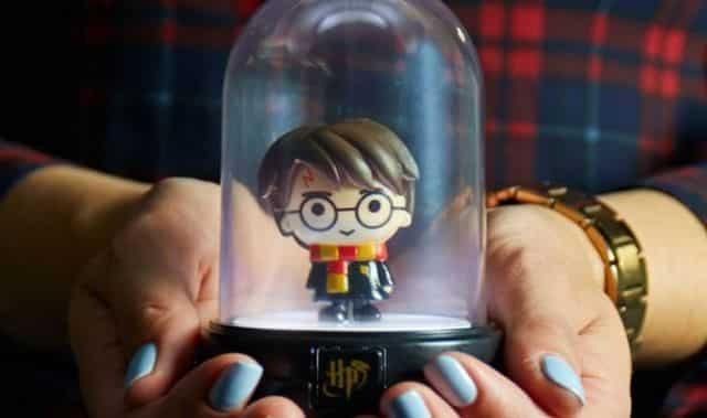 53 Cette petite lampe trouvera facilement sa place dans votre studio d'étudiant. Et en plus vous pouvez aussi choisir votre perso préféré de la sagade JK Rowling