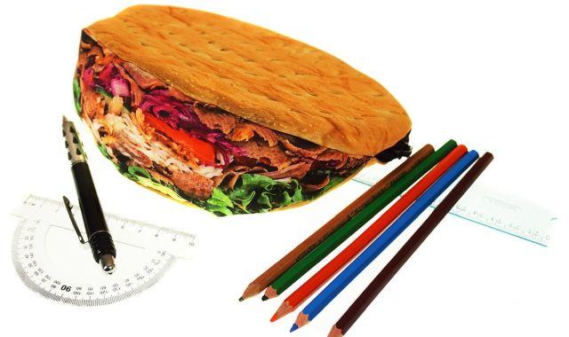 7 Il existe une trousse que certainement personne n'achètera sauf les fans de kebabs. Après ça peut faire un beau cadeau à une personne que l'on n'apprécie pas trop