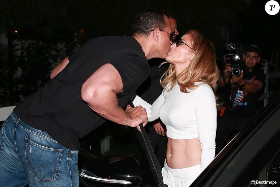 Jennifer Lopez dévoile ses abdos pour un dîner avec son chéri Alex Rodriguez ! (PHOTO)