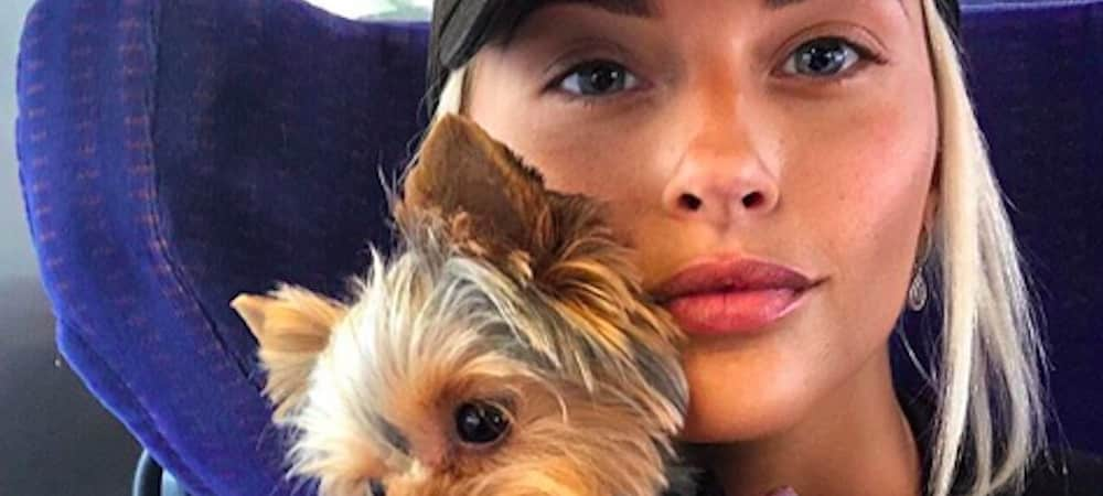 Kelly Vedovelli (TPMP) superbe: elle prend la route des vacances avec son petit chien Rosie ! (PHOTO)