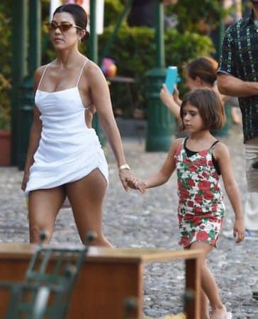 Kourtney Kardashian opte pour une robe blanche très sexy pour ses vacances en Corse ! (PHOTOS)