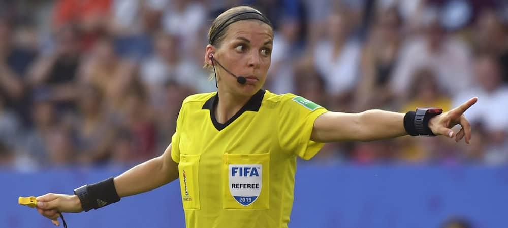 Stéphanie Frappart la française est la 1ère femme à arbitrer un match masculin de coupe d'Europe !
