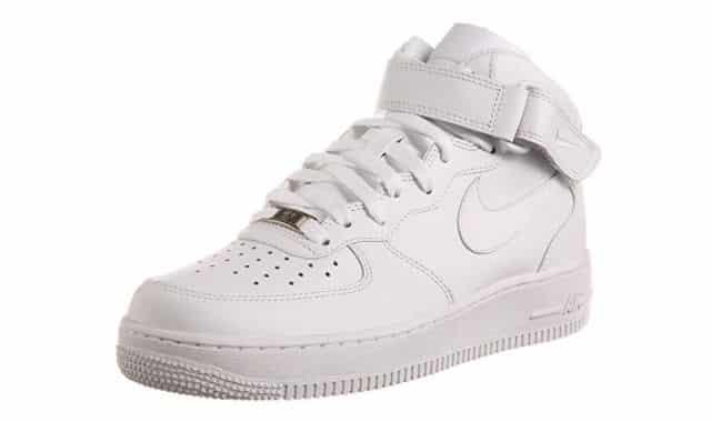 12 Les Sneakers Nike Air Force 1 sont devenus incontournables dans toute les gardes robes. Alors pourquoi ne pas t'en faire offrir une paire